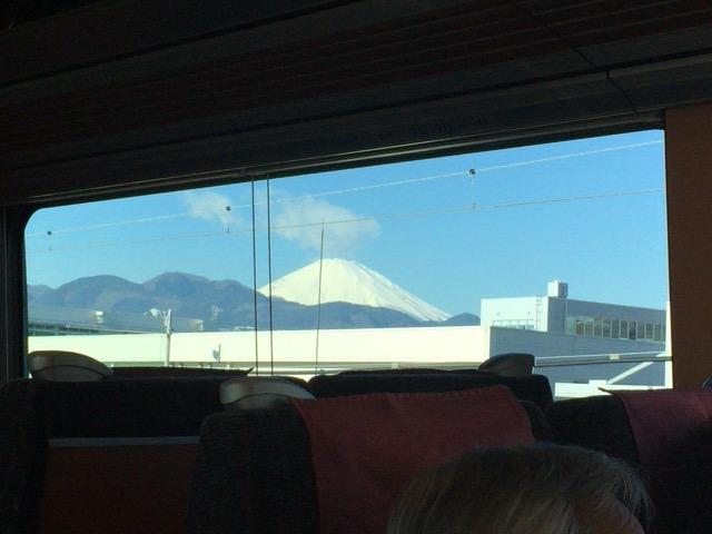 富士山がひょっこり頭を覗かせます