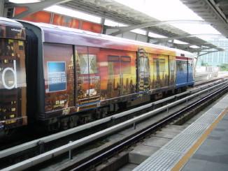 BTSの電車の側面は広告で埋まっている